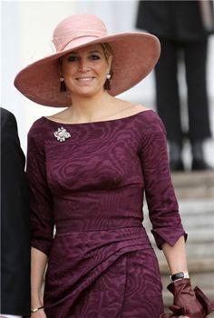 El broche se destaca más cuando Máxima lo incorpora como complemento con vestimenta en tonos más oscuros, como en esta imagen.