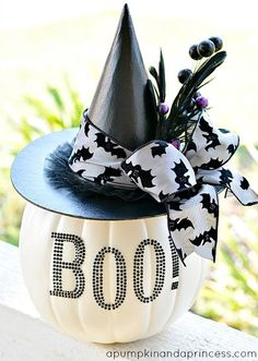 DIY Halloween: DIY Black and White Glam Pumpkin: DIY Halloween Decor. could be done with a plastic candy pail pumpkin Boo Halloween, Dulces Halloween, Adornos Halloween, Holidays Halloween, Halloween Treats, Halloween Pumpkins, Happy Halloween, Halloween Decorations, Halloween Centerpieces