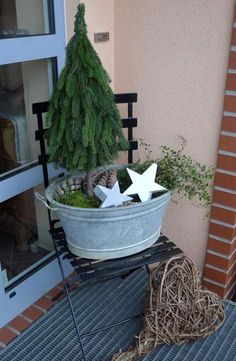 Weihnachtsdeko Hauseingang breitet festliche Stimmung aus - 44 Outdoor Dekoideen Decorating the entrance Festively decorating the fir tree and rustic decorative items house Noel Christmas, Outdoor Christmas, Rustic Christmas, Christmas Crafts, Xmas, Entrance Decor, House Entrance, Christmas Decorations For The Home, Holiday Decor