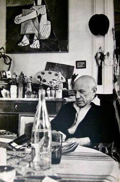 "picasso in his studio villa ""la californie"" Pablo Picasso, Picasso Collage, Picasso Paintings, Mask Paper, Art Espagnole, Picasso Pictures, Quality Photo Prints, Henri Matisse, Aesthetic Wallpapers"