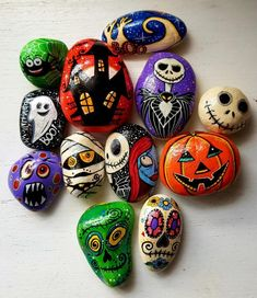 Here are 20 Halloween rock painting ideas to help get you inspired to create your very own Halloween painted rocks. If you're new to rock painting, see below for the best rock painting supplies. Rock Painting Patterns, Rock Painting Ideas Easy, Rock Painting Designs, Painting For Kids, Sugar Skull Painting, Black Cat Painting, Pumpkin Painting, Halloween Tattoo, Halloween Painting