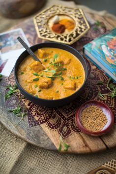 Un met classique, version végane. Tofu Recipes, Vegan Dinner Recipes, Delicious Vegan Recipes, Vegan Dinners, Vegetarian Recipes, Samosas, Mozzarella Sandwich, Beurre Vegan, Tofu Curry