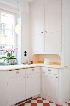 Kitchen Paint, Kitchen Decor, Kitchen Cabinets, Bar Interior Design, Interior Design Living Room, Swedish Kitchen, Cabinet Molding, Red And White Kitchen, Kitchen Trends