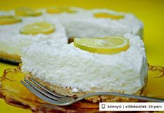 Sütés nélküli citromos túrótorta  Az alaphoz      12 dkg vaj     25 dkg háztartási keksz  A krémhez      2 citromból nyert citromlé     2 citromból nyert citromhéj (reszelt)     15 dkg porcukor     2.5 dl habtejszín     40 dkg sovány túró     2 dkg zselatin
