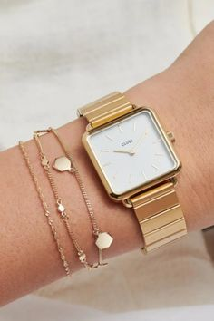 De CLUSE La Tétragone is een uniek vierkant horloge met 28,5 mm kast.   #cluse #clusewatch #clusehorloge #dameshorloge #horlogedames #juwelierbosmans #aalst #fashion #uurwerk #horloge #vierkant #vierkanthorloge #afgerond #dames #accessoires #juwelen #elegant #minimalistisch #stijlvol #eenvoud #minimalisme #eigentijds #stoer #statement #vrouwelijk #blikvanger #look #uitstraling #horlogeband #afneembaar #verwisselbaar #kwaliteit Style Androgyne, Shape And Form, Square Watch, Classic White, Ear Piercings, Contemporary Design, White Gold, Steel, Watches