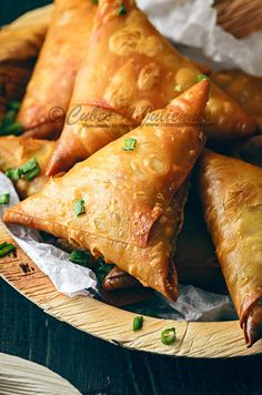 Best Chinese samosa recipe with chicken and noodles. Call it a chinese chicken samosa or noodle samosa, or turn it into veg chinese samosa, the recipe is simple and easy. These can be frozen also. Indian Snacks, Indian Food Recipes, Asian Recipes, Healthy Recipes, Chicken Samosa Recipes, Chinese Chicken, Chinese Food, Chinese Style, Easy Appetizer Recipes
