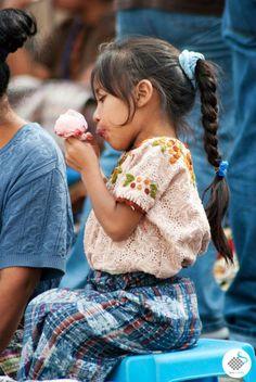 Chapincita-disfrutando-un-helado.jpg (642×960)