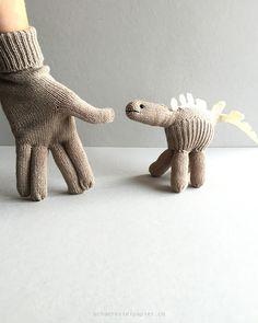 Dinosaurier aus einem Fingerhandschuh gemacht; dinosaur made from a glove, upcycling, schaeresteipapier