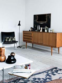 Funkishuset fra 1937 er indrettet med klassiske designmøbler, men man må gerne sætte et glas rødvin på marmorbordet og spise chokolade i sofaen – for det vigtigste er, at her er rart at være, mener ejeren.