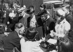 Medewerkers van de kampadministratie van Westerbork schrijven joden in op het Olympiaplein in Amsterdam