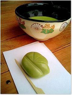 Matcha and wagashi ( green tea and traditional sweets) Japanese Matcha Tea, Japanese Cake, Japanese Sweets, Japanese Food, Matcha Set, Matcha Green Tea, Pause Café, Green Tea Recipes, Gourmet Breakfast