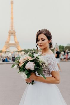 This bride's elegant look complements her Eiffel Tower backdrop beautifully | Image by Vic Bonvicini Photography