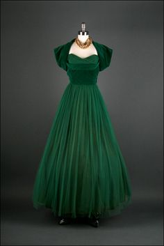 Emerald green Elegance, fit for a Red Carpet Runway - Dress Mill Street Vintage Vintage Gowns, Mode Vintage, Vintage Outfits, Vintage Wardrobe, 1950s Fashion, Vintage Fashion, Club Fashion, Vestidos Retro, Creation Couture