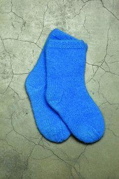 Strikk og Tov 9-4 - Sokker   Rauma Garn Knitting Videos, Slippers, Socks, Crafts, Threading, Stockings, Sneakers, Manualidades, Slipper