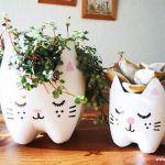 Un vaso di fiori fai da te con una bottiglia di plastica! 17 idee... Un vaso di fiori fai da te. Ecco per voi oggi 17 vasetti di fiori molto carini realizzati riciclando le bottiglie di plastica. Lasciatevi ispirare e liberate la vostra creatività! Buona...