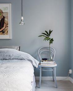 Shades of grey. Styling @emmawallmen photo @_mikaelaxelsson for @fantasticfrank #thonet #grey #beautiful #sovrum #interior #interiors #interiordesign #inredningsinspiration #inredningsdetaljer #inredning #textil #linne #deco #decor #decoration