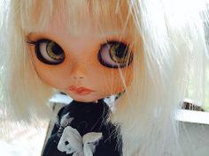 emmyblythe's Flickr photostream- many photos of custom Blythe dolls... >^..^