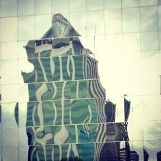 Las superficies vidriadas de los edificios invitan a ser fotografiados, cuando se dan las condiciones, por los reflejos de otros edificios que muestran en estos gigantescos espejos. Ejemplos de est… Bahia, Buenos Aires, Buildings, March, Mirrors, Entryway, Pictures