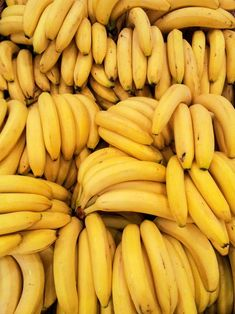 Some Recommendations for Those Ripe Bananas - Fiver Feeds Orange Aesthetic, Aesthetic Colors, Rainbow Aesthetic, Doce Banana, Banana Fruit, Yellow Foods, Food Wallpaper, Wallpaper Backgrounds, Fruit Photography