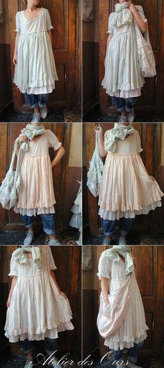 Une robe trois couleurs liberty vert, rose ou écru, sur un jean, en superposition Les Ours, jean EWA IWALLA, chaussures RUNDHOLZ - Atelier des Ours.