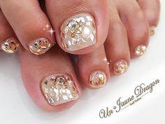 シャンパンゴールドの菱型ホロでキラキラにー(*^^*) 上品な輝き★ いつもありがとうございます(´・ω・`) #nail #nails #nailart #art #nailswag #nailstagram #instanail #instanails #gelnail #gelnails #handdrawing #handpainted #osaka #japan#design #ネイル #ネイルアート #アート #ジェルネイル #フットネイル#夏ネイル