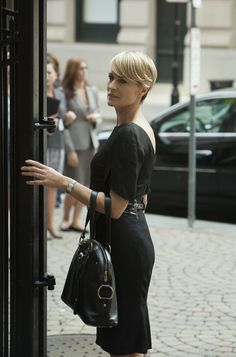 Robin Wright who plays Claire Underwood in TV's House of Cards. Obama told a disappointed crowd that she wouldn't be riding up the political ladder like Hillary Clinton or House of Cards' Claire Underwood Power Dressing, House Of Cards, Claire Underwood Style, Frank Underwood, Clare Underwood, Gossip Girl, Coiffure Hair, Look 2018, Lady