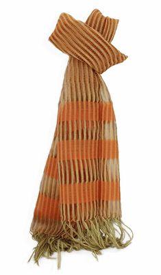 Sciarpa Artigianale SETA E LANA Arancio/Oro Sciarpa in seta 25% e lana 75% di colore Arancio/Oro. Larghezza 60 cm. lunghezza 200 cm.