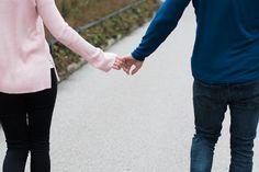 barbarawenzfotografie_paarshooting-verlobung-prater-herbst-jum-detail-haende-geben