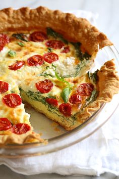 This easy vegetarian quiche recipe is made with spinach, ricotta cheese, eggs, tomatoes and basil. Perfect for breakfast, lunch or brunch or serve it with a salad for a light dinner. Spinach Ricotta Quiche You may have tried my chicken quiche a few weeks Quiche Ricotta, Queso Ricotta, Tomato Quiche, Vegetable Quiche, Ham And Cheese Quiche, Goat Cheese, Ww Recipes, Cooking Recipes, Skinnytaste Recipes