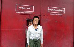 IlPost - Kalay, Birmania - Alcuni prigionieri politici nel momento del rilascio. Oggi la Birmania ha deciso di rilasciare circa 70 prigionieri politici con l'intenzione di liberare tutti entro la fine dell'anno. L'ordine di rilascio e' stato firmato direttamente dal Capo dello Stato. (STR/AFP/Getty Images)