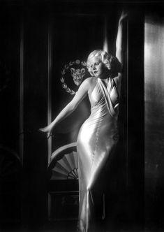 Jean Harlow by George Hurrell Hollywood glamour George Hurrell, Golden Age Of Hollywood, Vintage Hollywood, Hollywood Stars, Old Hollywood Glamour Dresses, Glamour Hollywoodien, Vintage Glamour, Retro Vintage, Divas