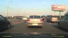 Sur une autoroute, une voiture explose sans aucune raison.