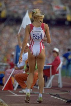 Susen Tiedtke of Germany stands up from the sand pit after a successful jump in the Long Jump event on Day 13 of the 1992 Olympic Games in Barcelona, Spain. 1992 Olympics, Fit Women, Sexy Women, Long Jump, E Sport, Athletic Girls, Best Running Shoes, Sporty Girls, Cultura Pop