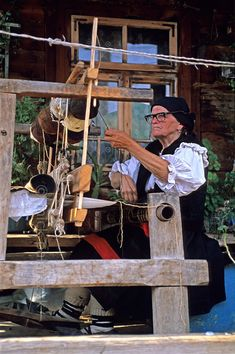 Rural Romania: Wolf People in Sheep's Clothing - Smit & Palarczyk [ROMANIA.MARAMURES Working on an old loom in front of her house this inhabitant of Botiza village uses wool that has been coloured by plant extracts. We Are The World, People Around The World, Bulgaria, Wolf People, Carpathian Mountains, Art Populaire, Eastern Europe, Sheep, Weaving