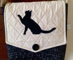 Bolsa confeccionada com tecidos nacionais quilt livre e quilt reto, com um transfer felpudo de gato na tampa da bolsa. Possui bolso interno e alça regulável com argolas e mosquetão. <br>Super charmosa. Para as amantes dos gatinhos <br>Peça única.