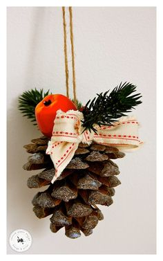 Ornament din con de brad