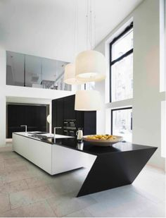 The Sharp kitchen of Poliform Varenna DuPont™ Corian® í litnum Glacier White í Deep Nocturne DuPont™ Corian®.