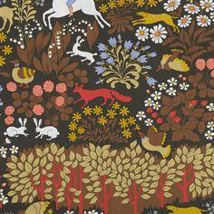 Deze stof van Almemdahls illustreert een momentopname uit een bos, waarin verschillende dieren zich tussen de gewassen en struiken verstopt hebben. Beschikbaar in verschillende kleurstellingen.