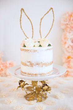 Un joli gâteau pour les 1 an de bébé tout blanc et or - anniversaire or et rose