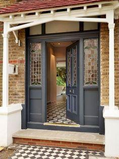 Maison historique avec un intérieur moderne homifier - Front Door Steps, Front Door Porch, Grey Front Doors, Porch Doors, Front Door Entrance, House Front Door, Front Door Colors, Glass Front Door, House Entrance
