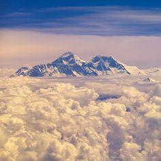 Эверест из иллюминатора самолета  #travel #travelgidclub #путешествия #traveling #traveler #beautiful #instatravel #tourism #tourist #туризм #природа #гора #эверест #иллюминатор #самолет