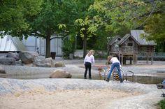 Eine kleine nachgebaute Felslandschaft mit plätscherndem Bach und Schleusentoren zum Stauen und öffnen bietet der Wasserspielplatz im Britzer Garten.