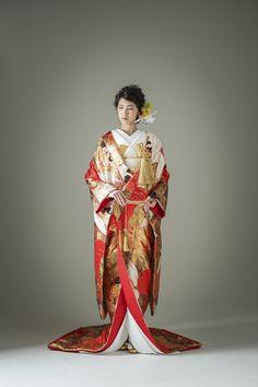 赤色、金色、黒色の絶妙なバランスで織られた打掛はまさに絢爛豪華。長寿のモチーフとして愛される鶴を羽ばたかせ、花嫁にふさわしいゴージャス感を演出します。 古典柄/ゴージャス 鶴/鳳凰をあしらった色打掛 雪輪鶴 赤 白無垢・色打掛をはじめとした結婚式の花嫁衣装を、格安でレンタルできる結婚式着物レンタル専門店【THE KIMONO SHOP−ザ・キモノショップ】古典的な着物や引振袖・紋付袴など婚礼衣装を幅広く取り揃えております【新宿・東京・大阪・福岡】 Japanese Costume, Japanese Kimono, Traditional Fashion, Traditional Outfits, Oriental Fashion, Asian Fashion, Pretty Dresses, Beautiful Dresses, Geisha Japan