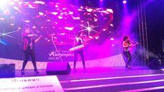 نگاره من و کره  اجرای موزیک در سالن مسابقات