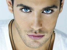 blaue augen bedeutung model mann hübscher mann trägt kette schmuck für männer