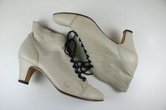 Vintage 1980s White Edwardian style lace-up ankle booties/ white leather booties/ white ankle boots/ Size 7.5M boots