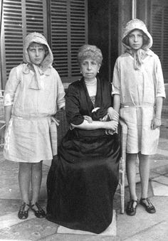 SAR la Infanta Beatriz de España, después de la princesa de Civitella-Cesi; Su Majestad la Reina María Cristina de España y SAR la Infanta Cristina de España, más adelante la condesa de Marone