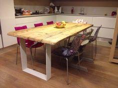 Tavolo costruito con vecchie assi da ponteggio e base in ferro
