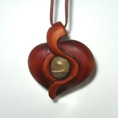 přívěsek - ryzí srdce dřevo třešeň, kamínek Jedná se o originální autorský šperk, vyrobený z krásné domácí dřeviny, třešně nebo hrušně. Dřevo je ručně opracované dláty, precizně vybroušeno, poté je šperk napuštěn fermeží a přimořen, pro zvýraznění barevnosti. Povrchová úprava je tvořeno šelakovou politurou a včelým voskem pro matový vzhled. ... Dremel Carving, Wood Carving Art, Bone Carving, Bone Jewelry, Resin Jewelry, Jewelry Crafts, Wooden Necklace, Wooden Jewelry, Handmade Jewelry