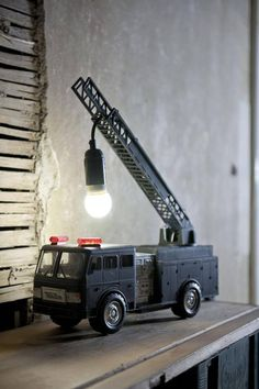 35 Bastelideen für DIY Lampe - Recycling ideas for kids - Spielzeug Diy Design, Design Ideas, Design Table, Interior Design, Book Design, Corner Deco, Fire Truck Room, Recycled Lamp, Deco Kids